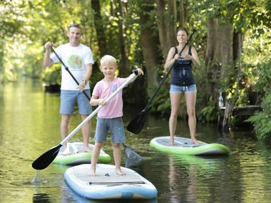 Familie beim Stand-up-Paddling